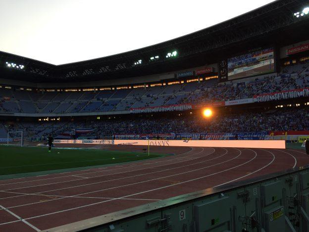 夕日と日産スタジアムのトラック