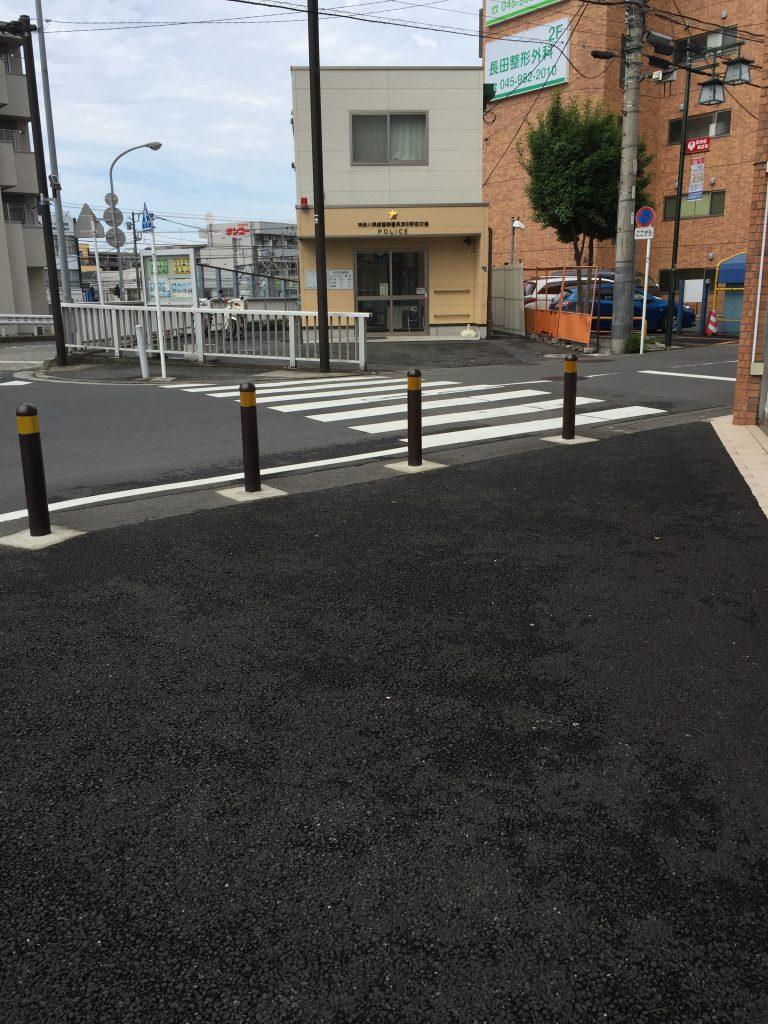 段差の少ない歩道と交番