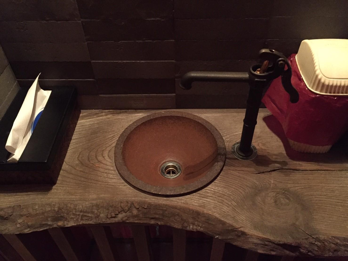 居酒屋『豚匠』の洗面台蛇口に設置された井戸ポンプ型の蛇口
