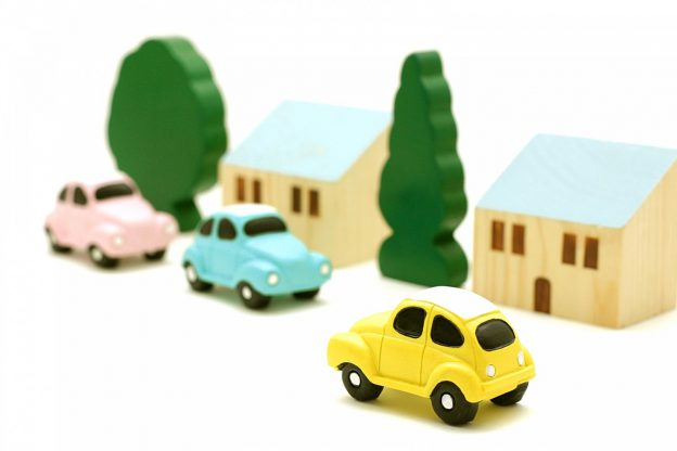 車と家のおもちゃ(定期点検・メンテナンスの大切さ)