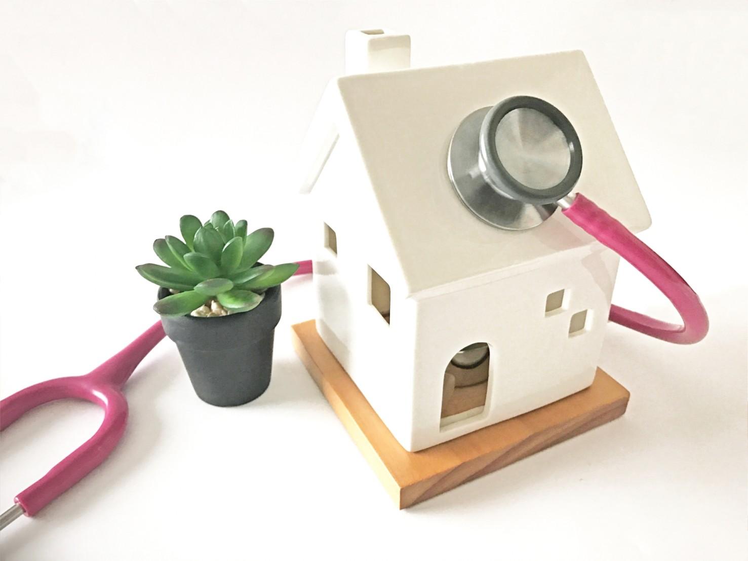 家と聴診器(住宅の定期点検・メンテナンス)