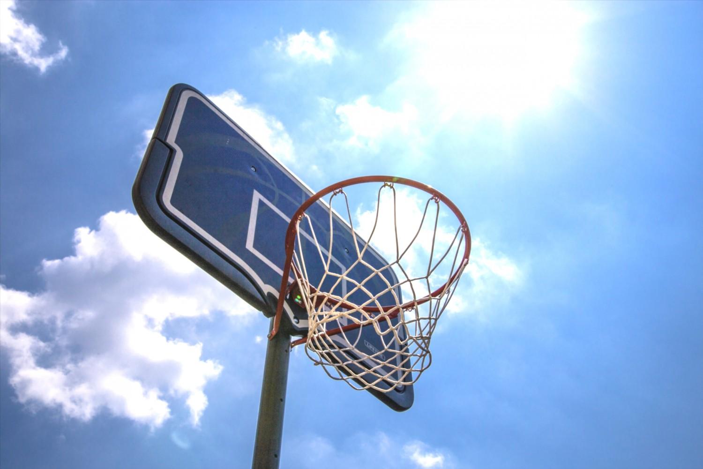 バスケットゴールと青空