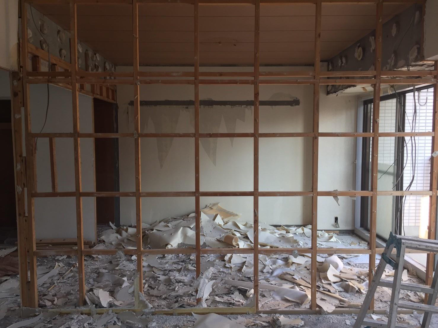 間仕切り壁の撤去中 《 AsiaHome(エイジアホーム)移転に伴うリノベーション工事 》