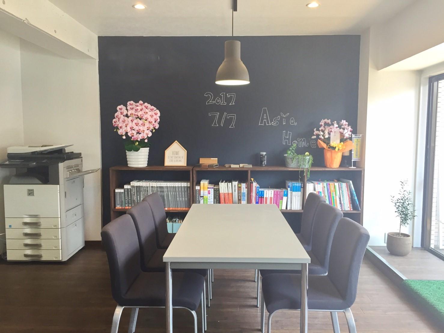 新オフィスの様子 木材の棚を作り、植物を置きました《 AsiaHome(エイジアホーム)会社移転》
