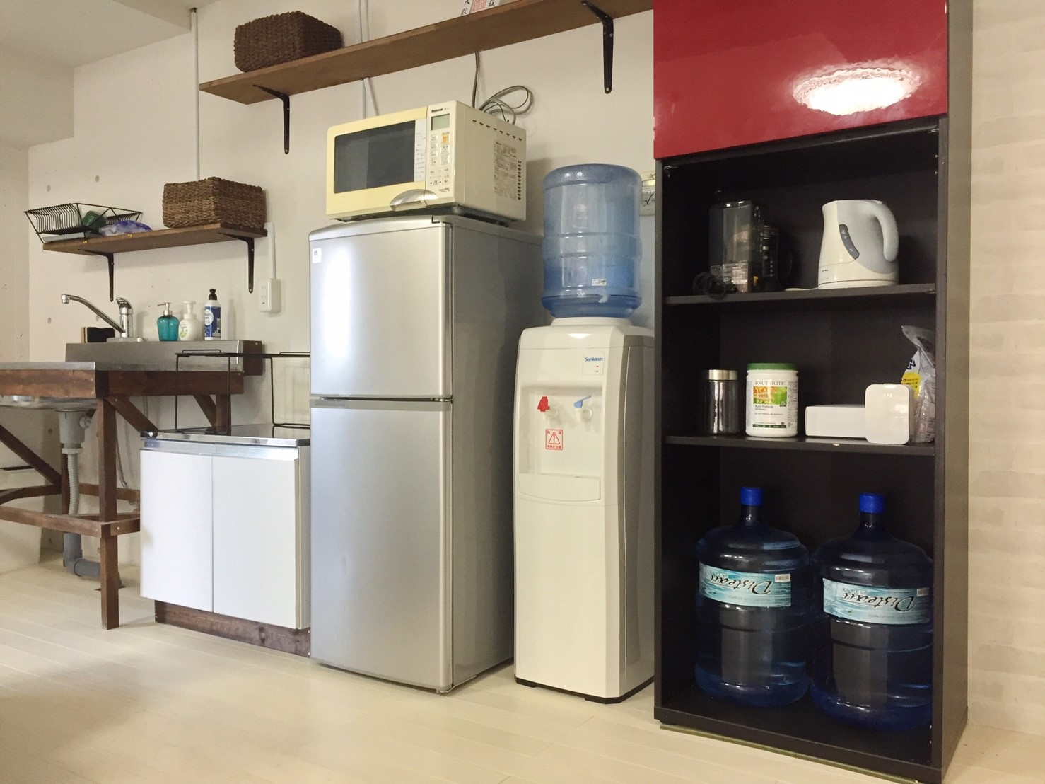 新オフィスの様子 左手にコンパクトな自作のキッチンがあります(DIY)《 AsiaHome(エイジアホーム)会社移転》